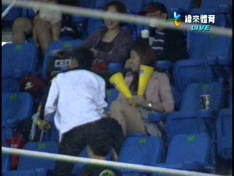 FAIL - Dad Drops Girl To Catch Foul Ball