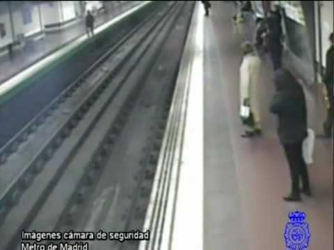 Amazing - Guy Saves Man Who Fell In Subway Tracks