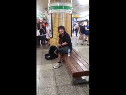 Busker From South Korea Gets The Crowd To Sing Along